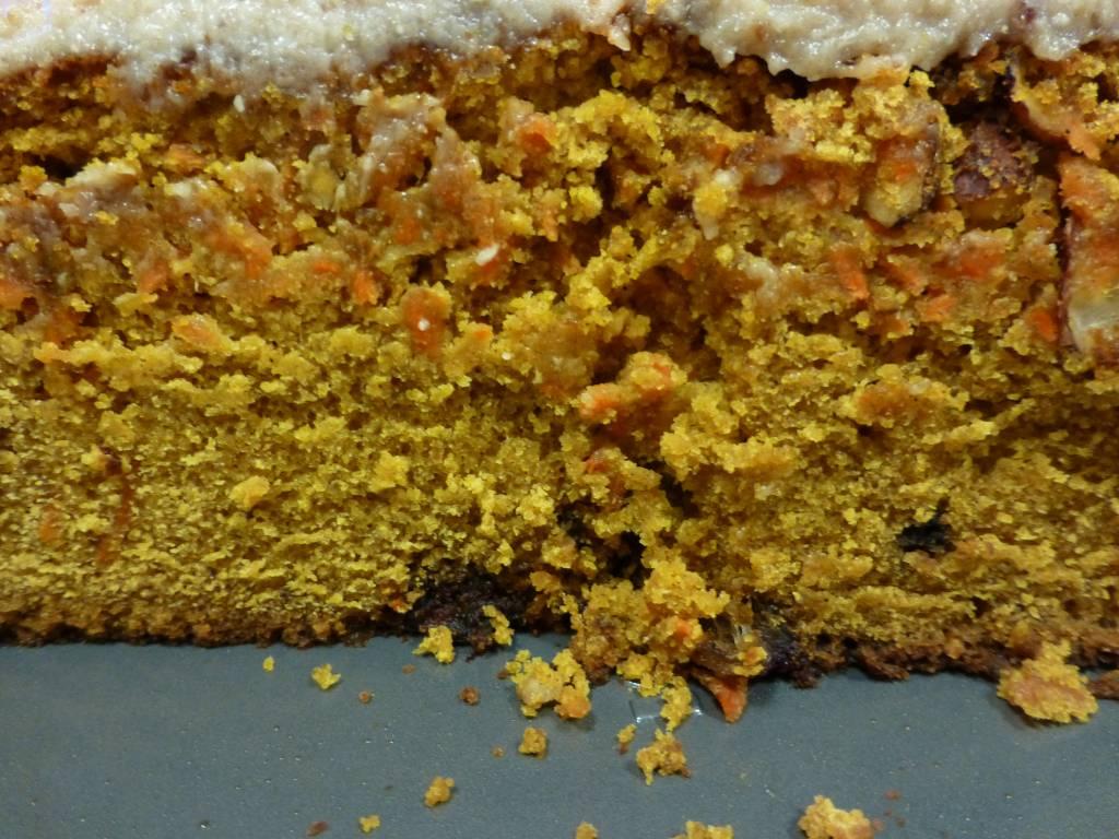 Υγιεινό κέικ καρότου με ξηρούς καρπούς και σταφίδες