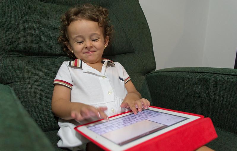 Τάισμα των παιδιών μπροστά σε οθόνες
